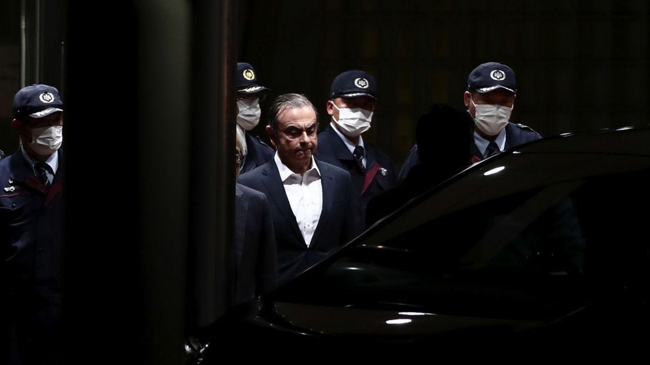 Fin avril2019, après 130 jours en prison, Carlos Ghosn obtient une libération sous caution. Il finira par s'enfuir du Japon le 30décembre.