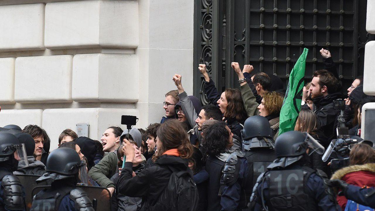 Des activistes du groupe « Youth for Climate Paris » lors de leur sortie des locaux parisiens de Blackrock.