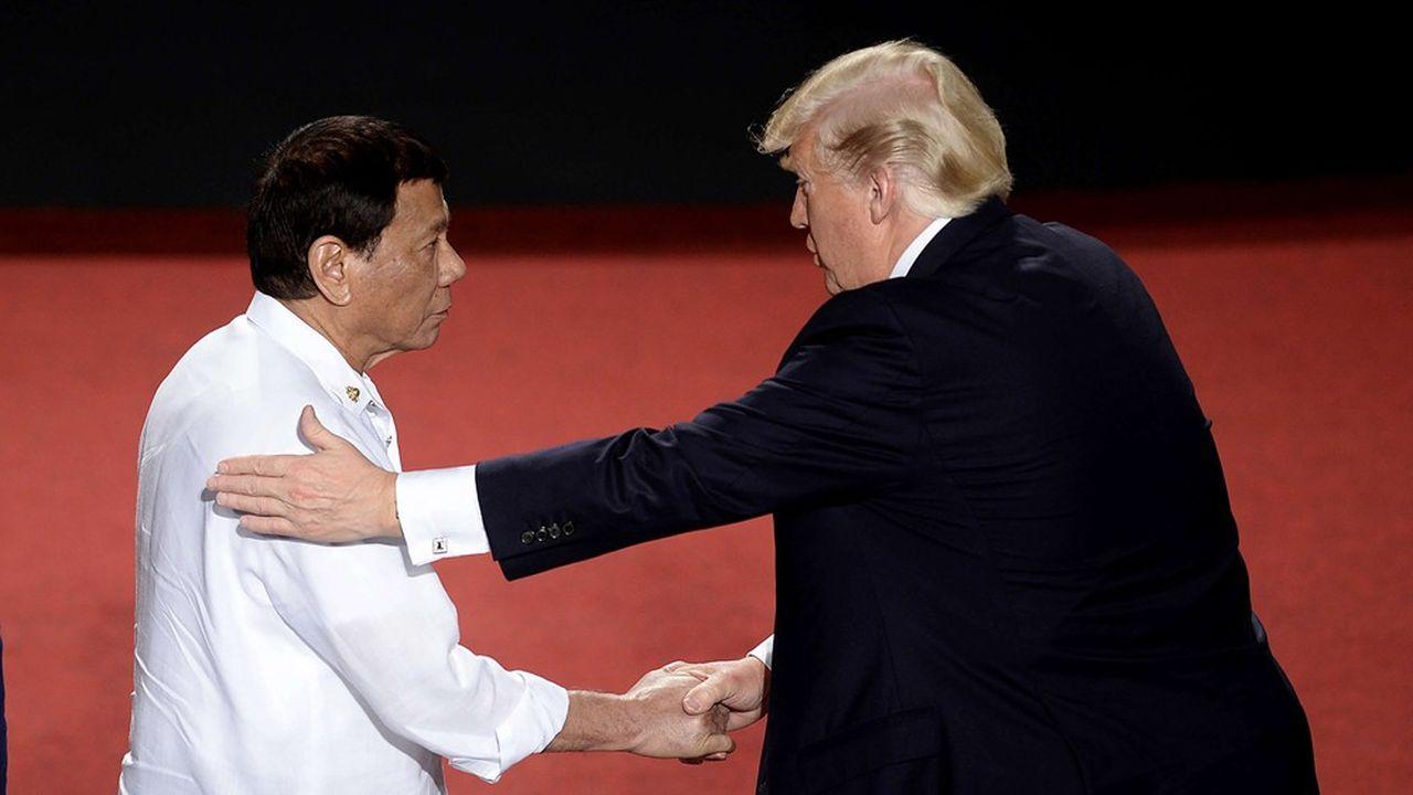 Rodrigo Duterte, le président des Philippines, avait rencontré son homologue américain en 2017 lors du sommet de l'Asean (notre photo). Depuis, et à plusieurs reprises, le chef de l'Etat philippin s'est tourné vers Pékin.