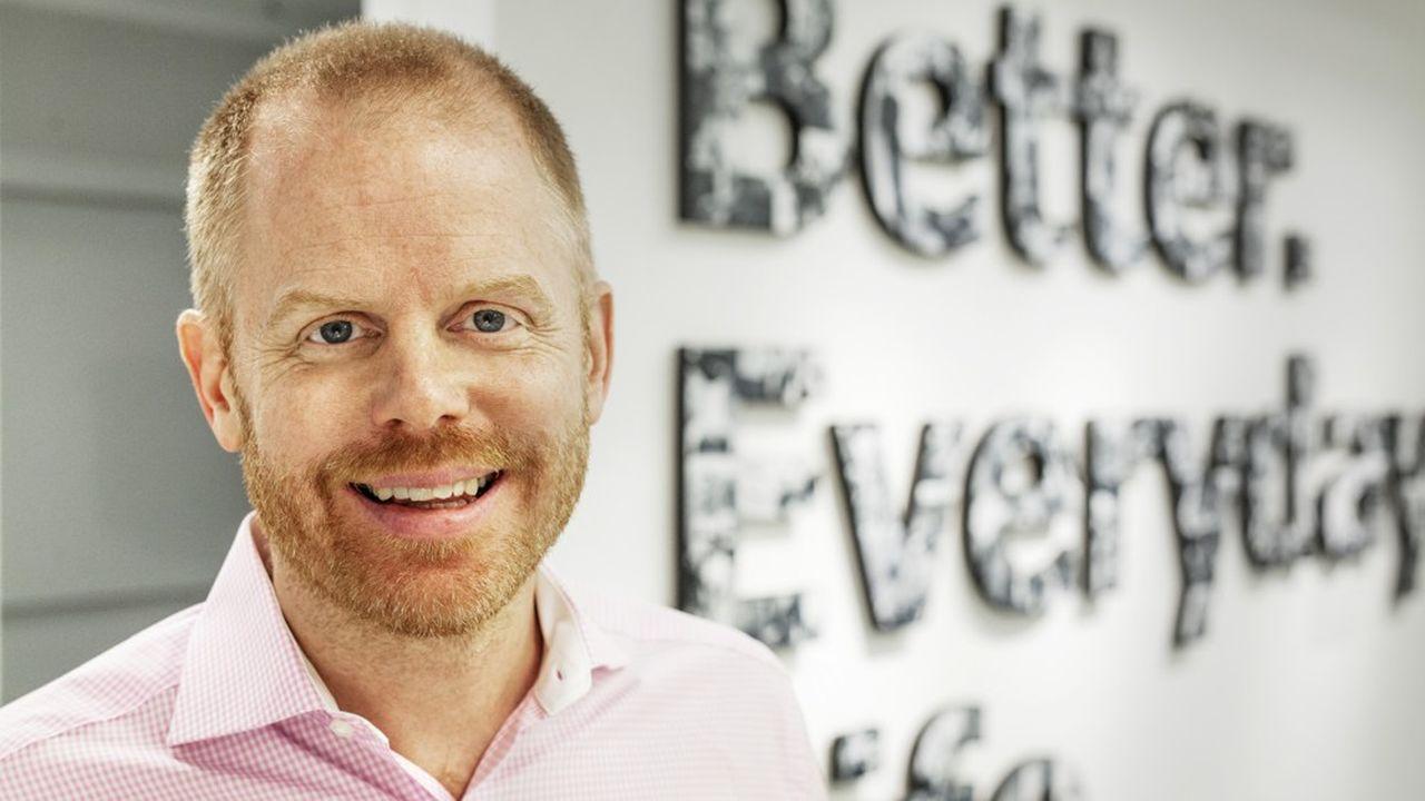 Jon Abrahamsson Ring, jeune diplômé, est entré en 1998 comme stagiaire dans un magasin Ikea en Suède, a passé ensuite quatre ans au Canada, avant de revenir dans son pays comme assistant d'Ingvar Kamprad, le mythique fondateur du géant mondial de l'ameublement. Parti ensuite en Chine pour Ikea, il quitta le groupe en 2008 pour y revenir en 2017.