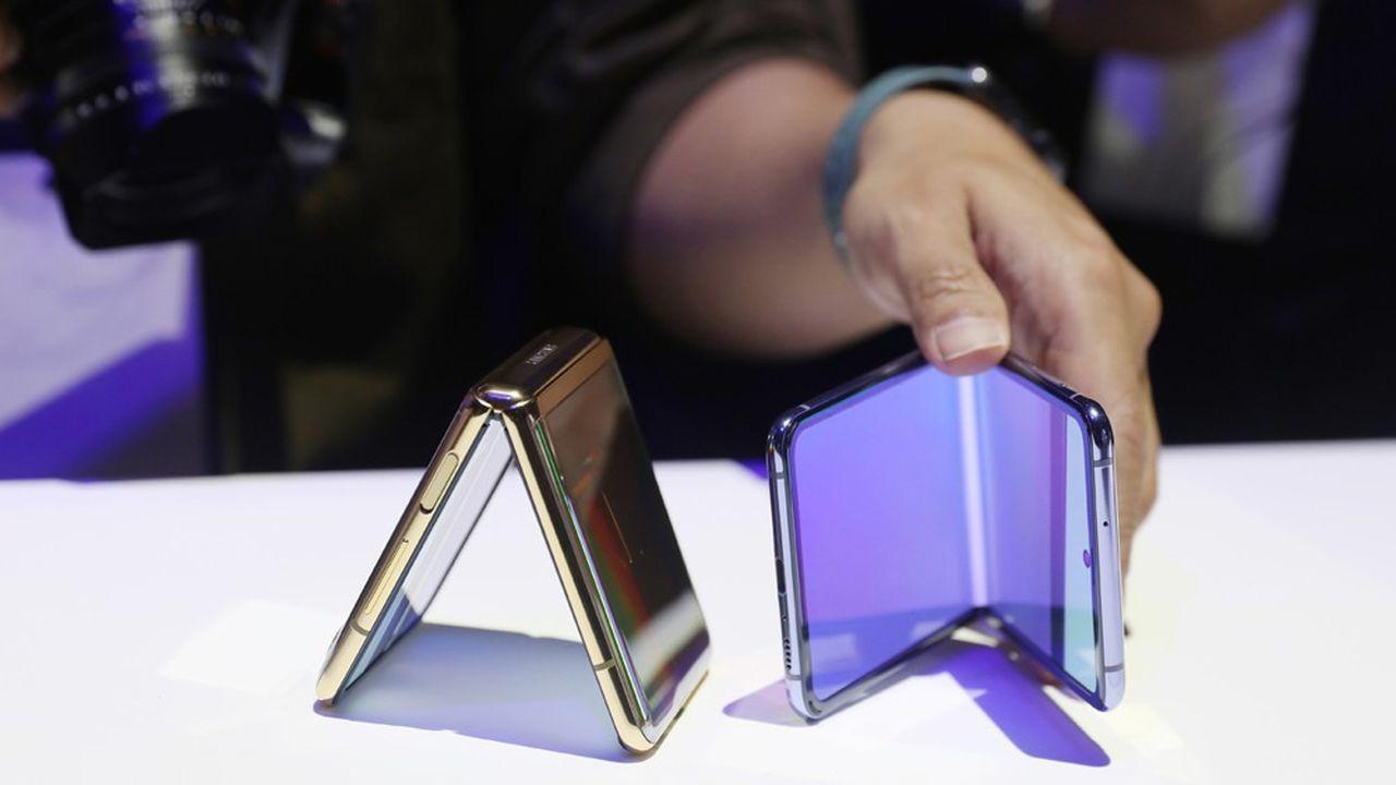 Fermé, le téléphone -vendu à partir de vendredi pour 1.509euros- se transforme en un carré compact de couleur noire ou violette, facilement glissable dans une poche.