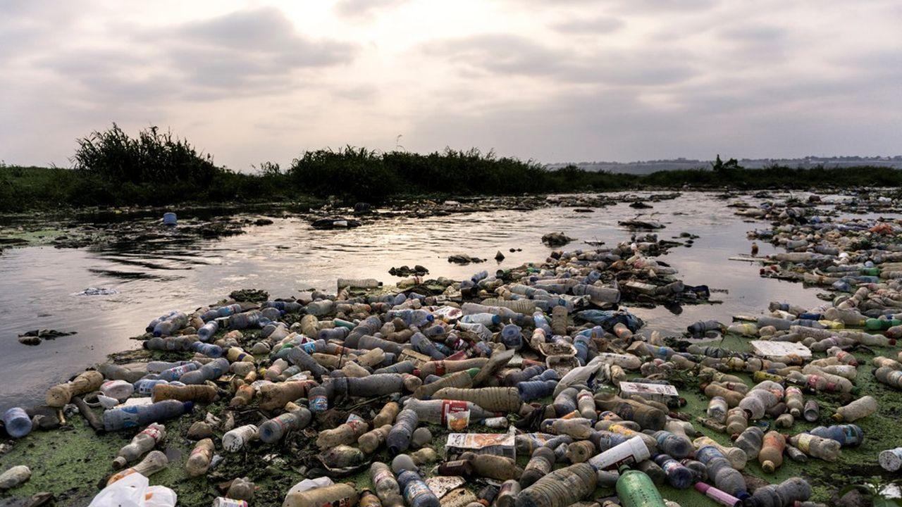La rivière Makelele, qui se jette dans le fleuve Congo, charrie des tonnes de bouteilles en plastique et des ordures en plein Kinshasa.