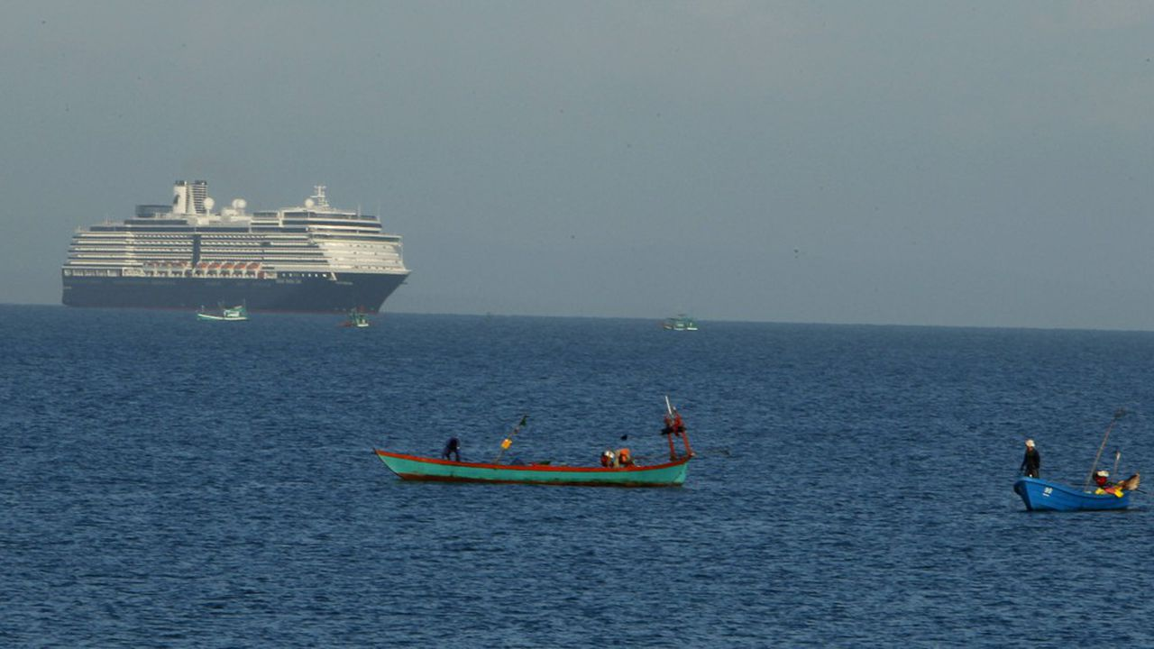 Le navire de croisière transporte 1.455 touristes et 802 membres d'équipage.