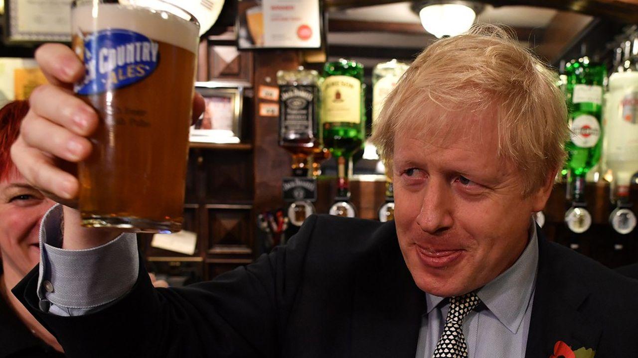 Boris Johnson, le Premier ministre du Royaume-Uni, dans un à bar Wolverhampton (Angleterre), le 11novembre 2019.