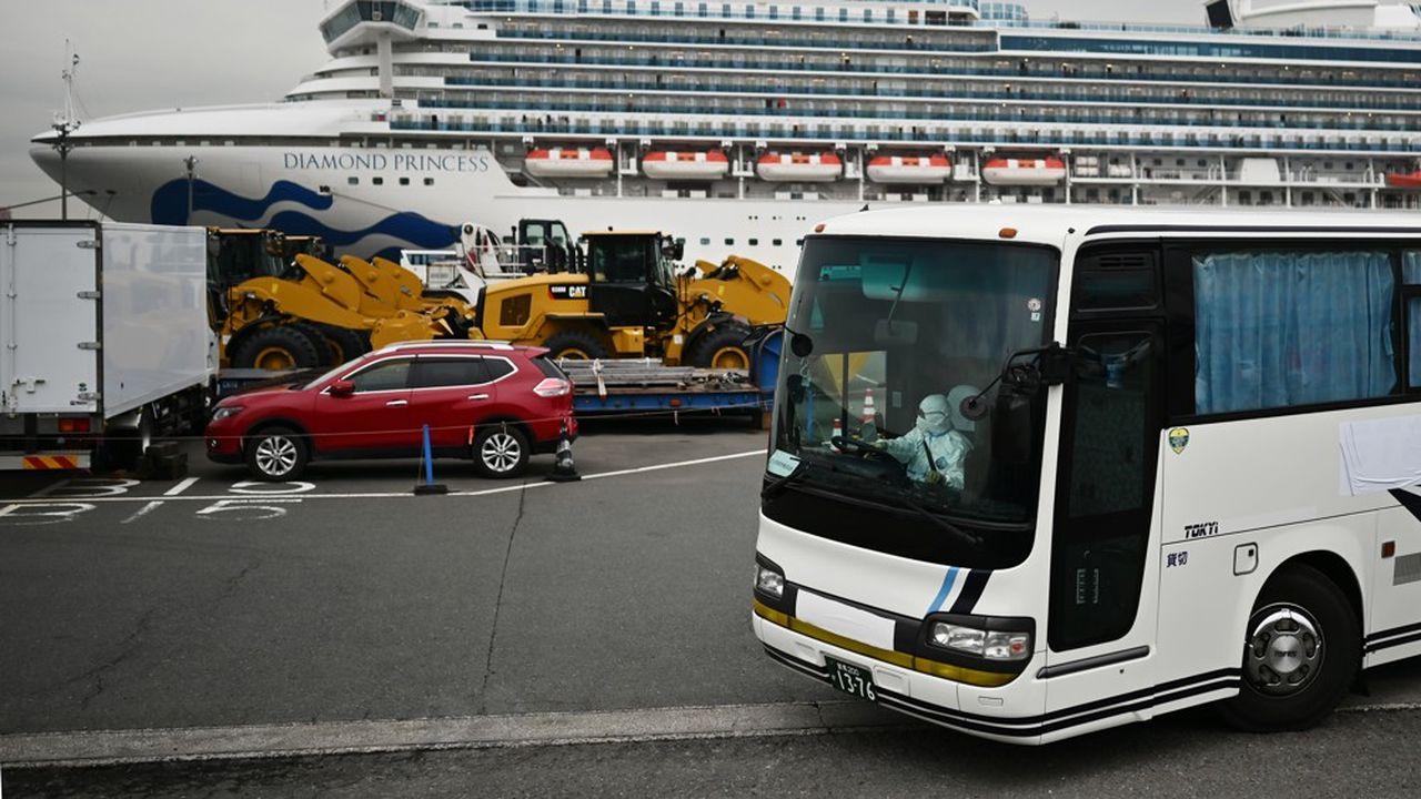 Des bus affrétés par Washington ont emmené une partie des passagers à l'aéroport d'Haneda où se trouvaient deux avions militaires prêts à décoller pour les Etats-Unis