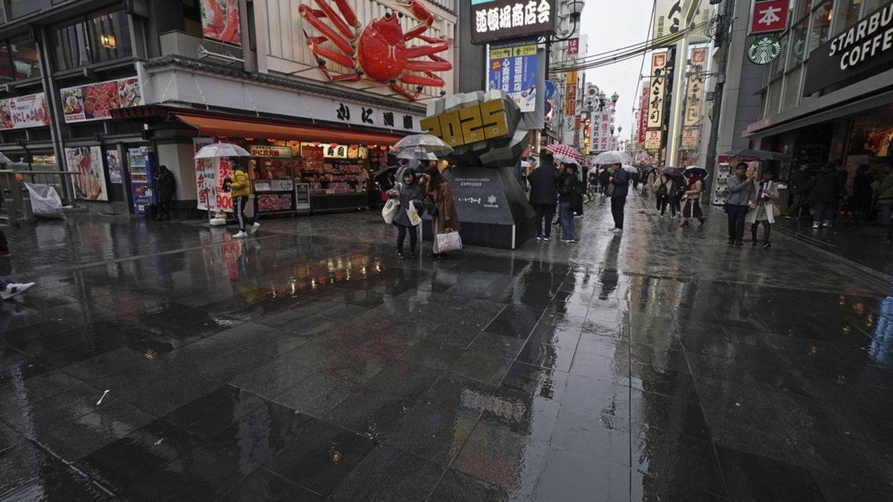 Après les touristes chinois disparus des grandes artères commerçantes de Tokyo, les consommateurs japonais commencent à leur tour à hésiter à se rendre dans les grands magasins le week-end.
