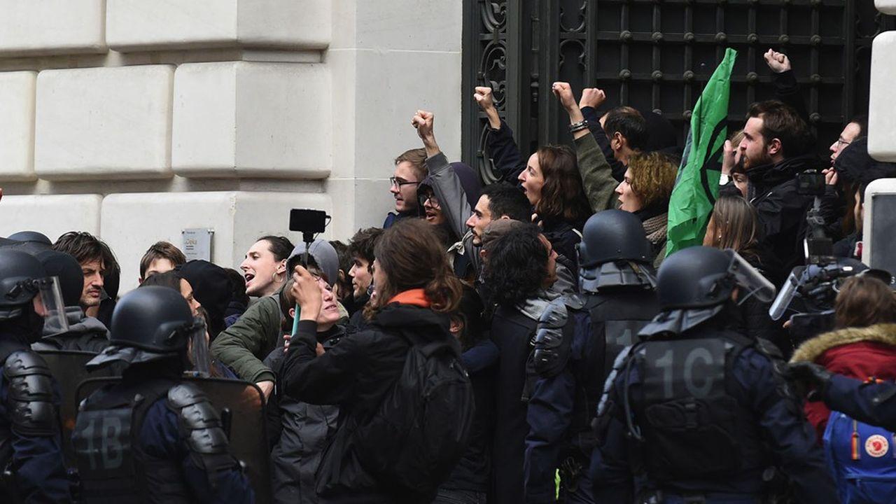 Des membres du collectif 'Youth for Climate» devant le siège de BlackRock à Paris le 10 février 2020.