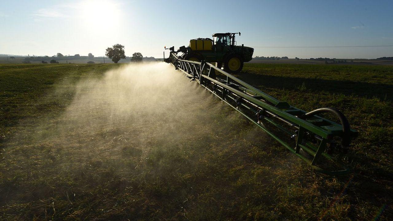 Certains pesticides, bien que retirés du marché depuis plusieurs années, continuent d'imprégner l'air.