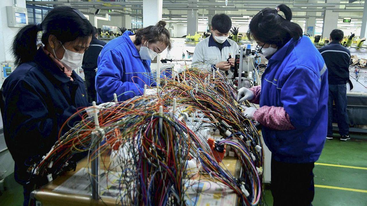 Quatre semaines après la fermeture des usines et des entreprises chinoises pour les congés du Nouvel An chinois, la deuxième économie mondiale reste paralysée par la peur de l'épidémie de coronavirus et l'avalanche des restrictions décidées par les autorités.