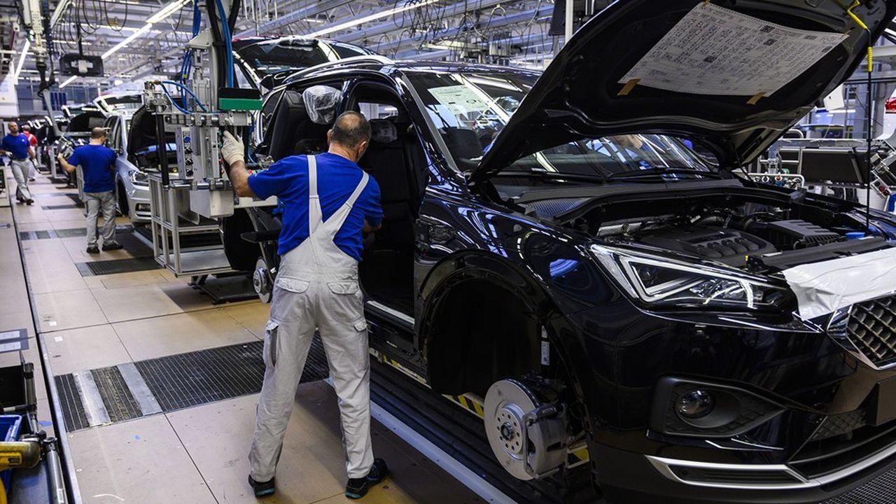 L'introduction d'un salaire minimum en Allemagne, en 2015, a augmenté la productivité sans détruire des emplois. Un salarié de Volkswagen à l'usine de Wolfsburg monte le siège d'une Seat Tarraco.