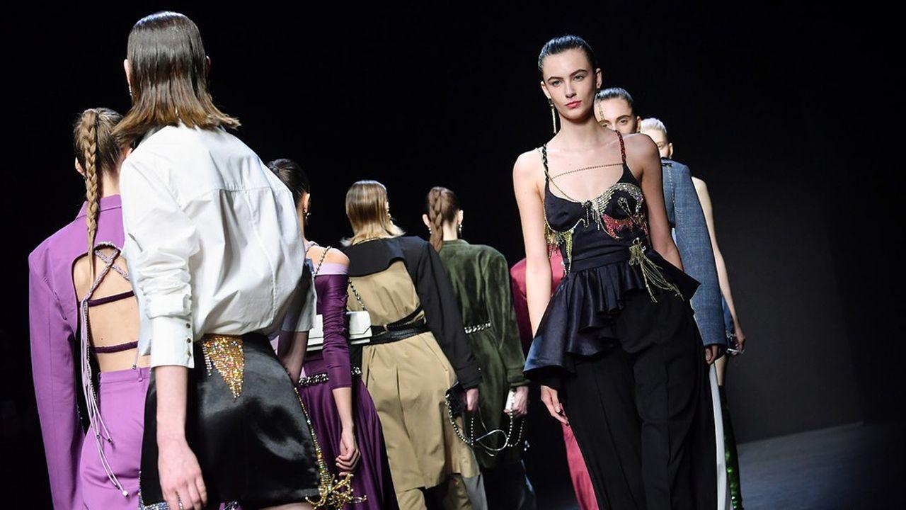 Si 80% des visiteurs chinois n'ont pas pu se rendre à la Fashion Week qui se tient actuellement à Milan, ironie du sort, c'est le défilé du créateur chinois Han Wen qui a ouvert la présentation des collections Automne-Hiver