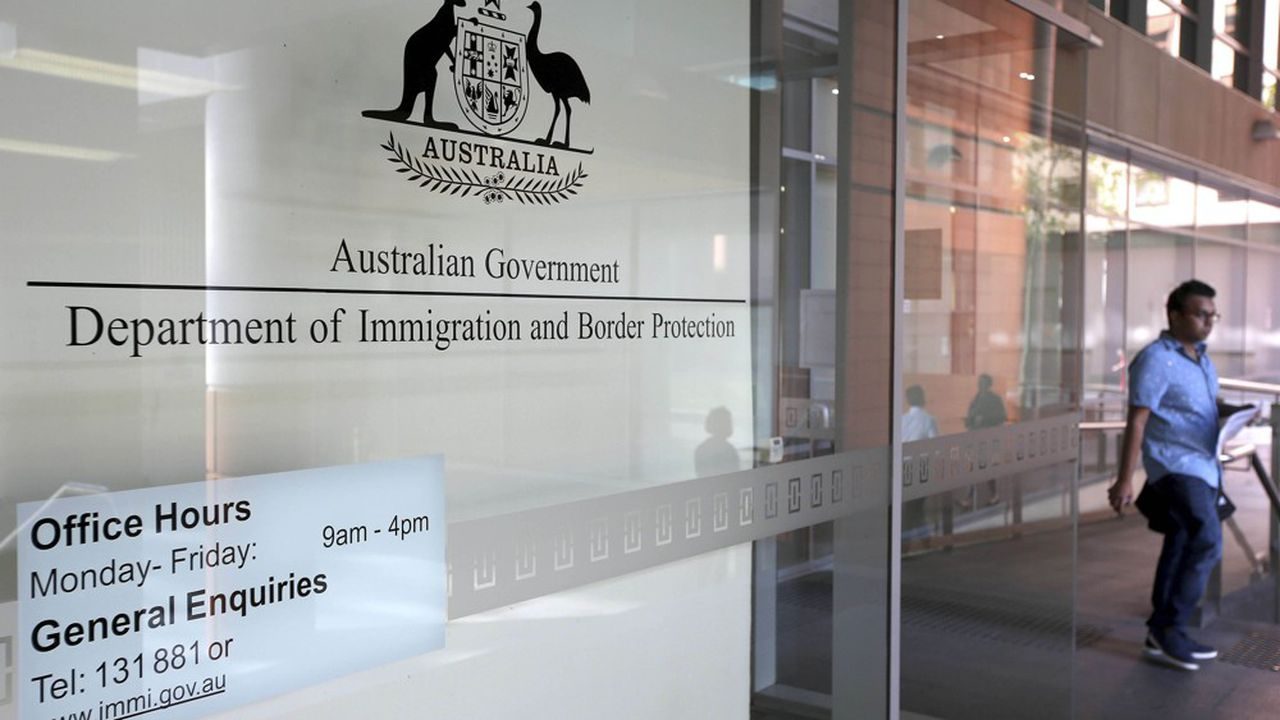 En Australie, le contrôle de l'immigration repose sur un système de points qui sont attribués en fonction de multiples critères, tels que l'âge du candidat, ses diplômes, son expérience professionnelle ou son niveau de maîtrise de l'anglais.