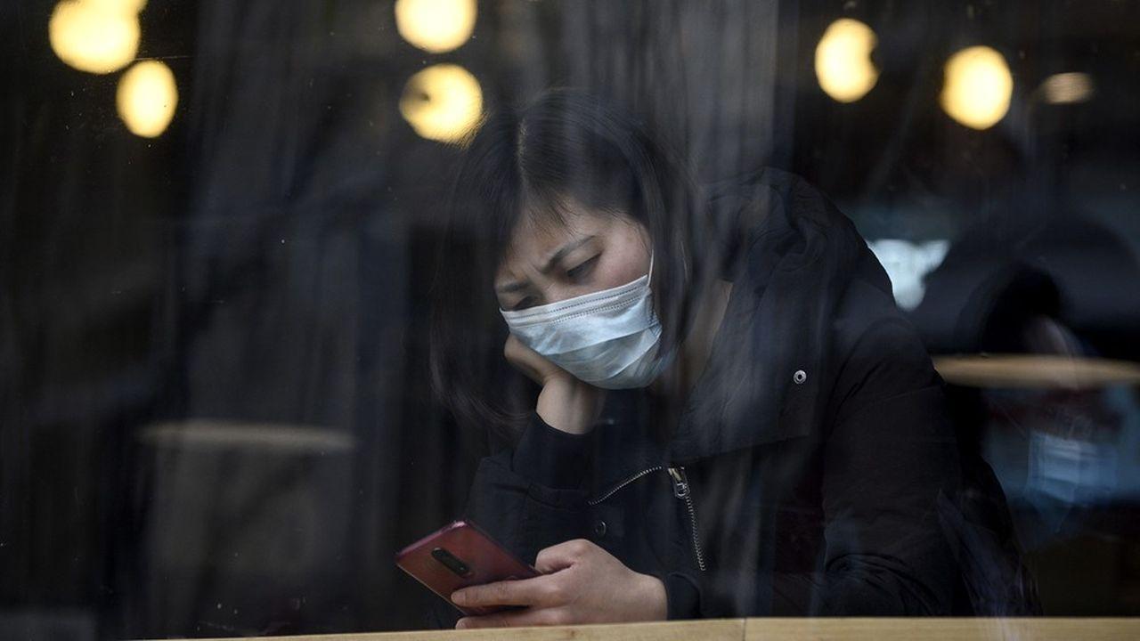 Confinés chez eux en raison de la fermeture des écoles et des entreprises, les Chinois passent un temps record sur leur téléphone portable.