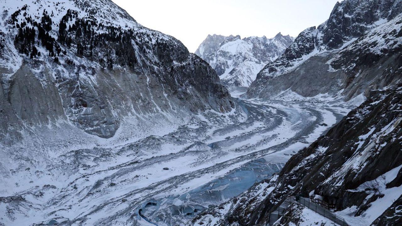 La Mer de Glace arbore une alternance de roches grises et de glace vive bleutée.