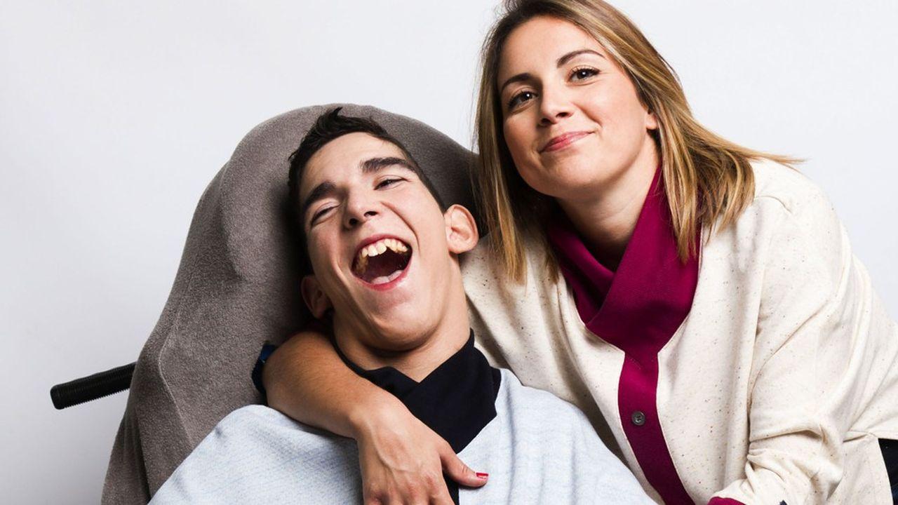 Sarah Da Silva Gomes, la présidente-fondatrice de Constant & Zoé, avec son frère qui lui a inspiré son concept très innovant de vêtements adaptés aux besoins des personnes handicapées.