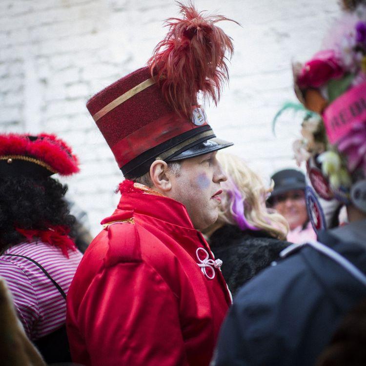 Préféré aux perruques par nombre de carnavaleux, le chapeau se personnalise au fil du temps.