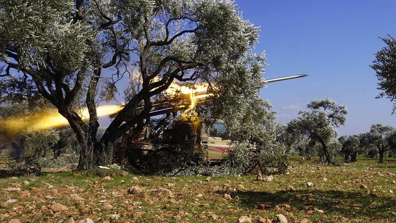 Des rebelles syriens soutenus par la Turquie tirent un missile vers une position du gouvernement non loin d'Idleb.