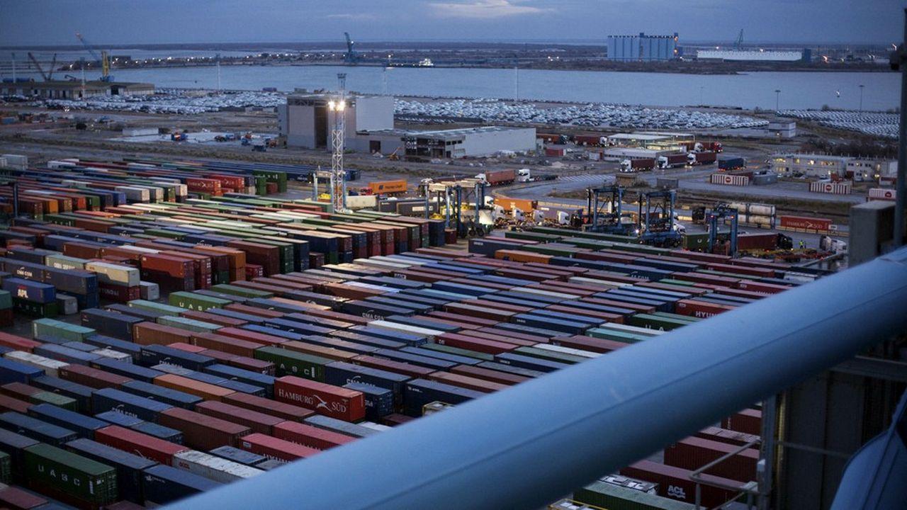 Terminal porte-conteneurs dans le port marchand de Marseille Fos