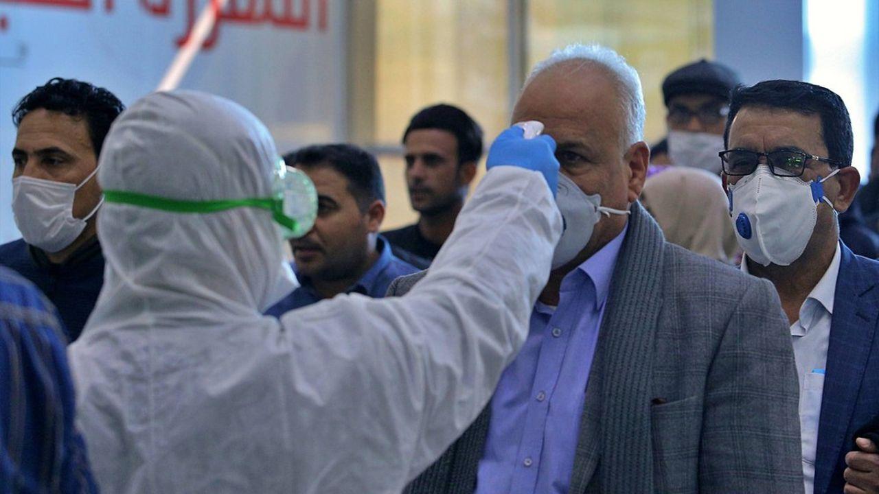 L'épidémie de coronavirus pousse ses voisins à prendre à leur tour des mesures de prophylaxie, comme ici dans un aéroport irakien.