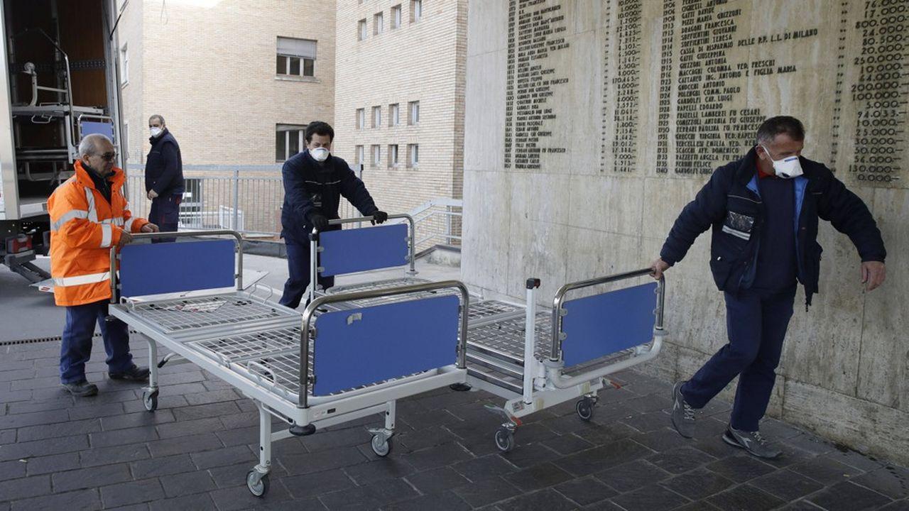 De nouveaux lits sont transportés dans l'hôpital de Codogno, en Lombardie. La ville est désormais en quarantaine. Ailleurs en Italie, le Carnaval de Venise a été stoppé et la Scala de Milan suspend ses représentations.