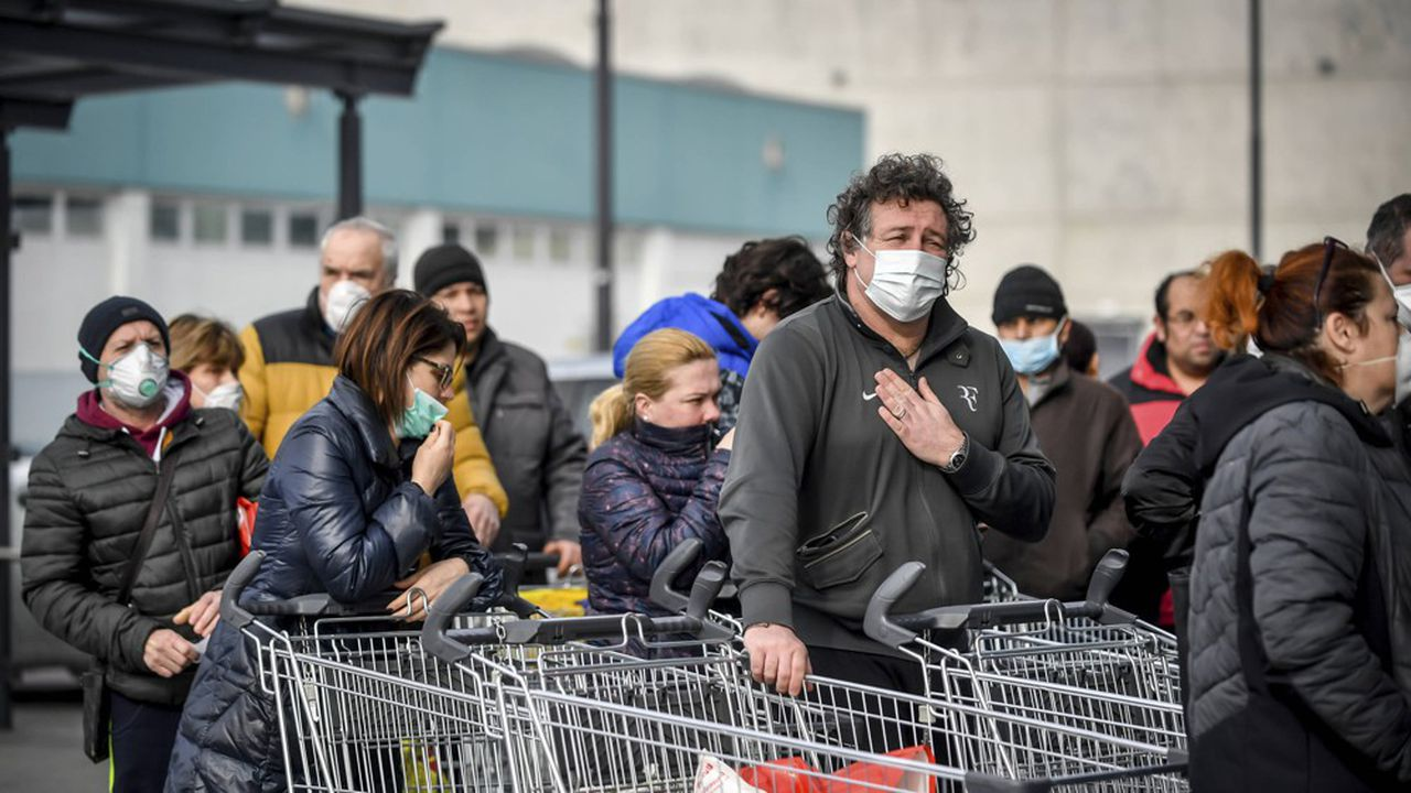 Des Italiens faisaient la queue dimanche devant l'un des rares supermarchés ouverts à Casalpusterlengo, dans le nord de l'Italie. Une douzaine de villes italiennes ont été «fermées» à la suite du décès de plusieurs personnes touchées par un coronavirus venu de Chine.