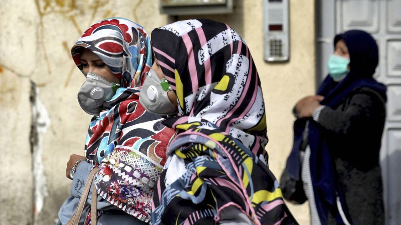 Les masques se répandent dans la rue à Téhéran, en complément du port habituel du tchador.