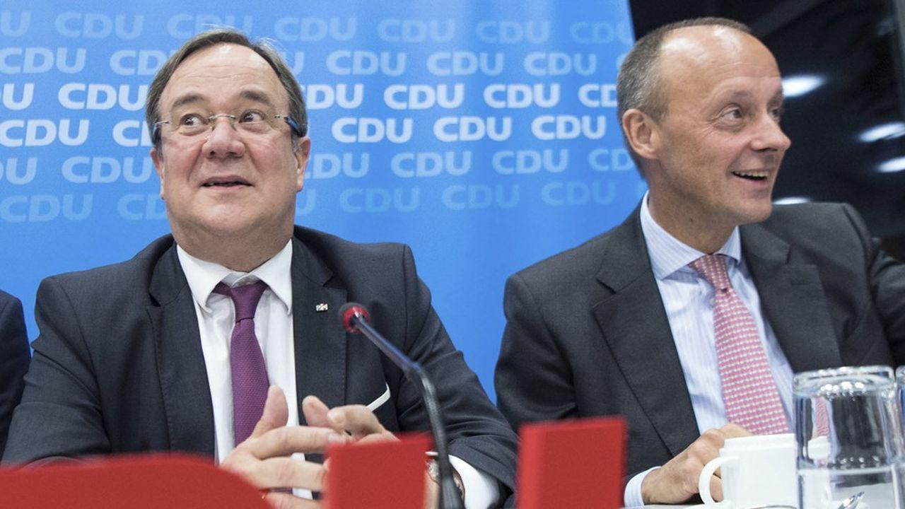 Le Premier ministre de Rhénanie-du-Nord-Westphalie (NRW), Armin Laschet (à g.), et le vieux rival d'Angela Merkel, Friedrich Merz (à d.), ont chacun officialisé leur candidature à la présidence de la CDU, mardi.
