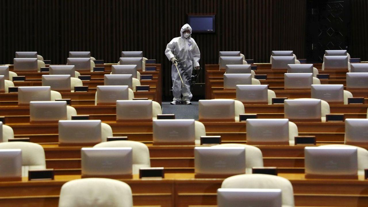 L'épidémie due au nouveau coronavirus a contaminé plus de 77.000 personnes en Chine, dont près de 2.600 décès.