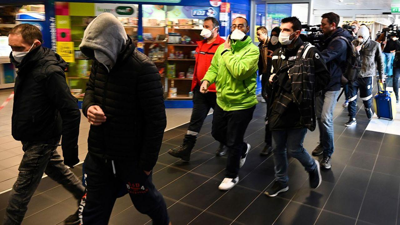 A Lyon, des personnes portant des masques sont évacuées d'un bus venant de Milan.
