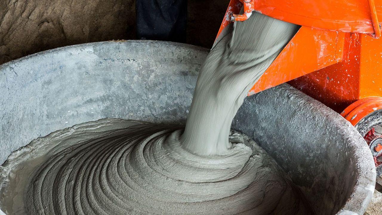 La norme européenne harmoniséed'un nouveau ciment permettant jusqu'à 50% de réduction des émissions de CO2 comparé à du cimentclassique est bloquée depuis des années. Les 27 pays se sont mis d'accord pour contourner Bruxellesen sortant tous la même norme au niveau national.
