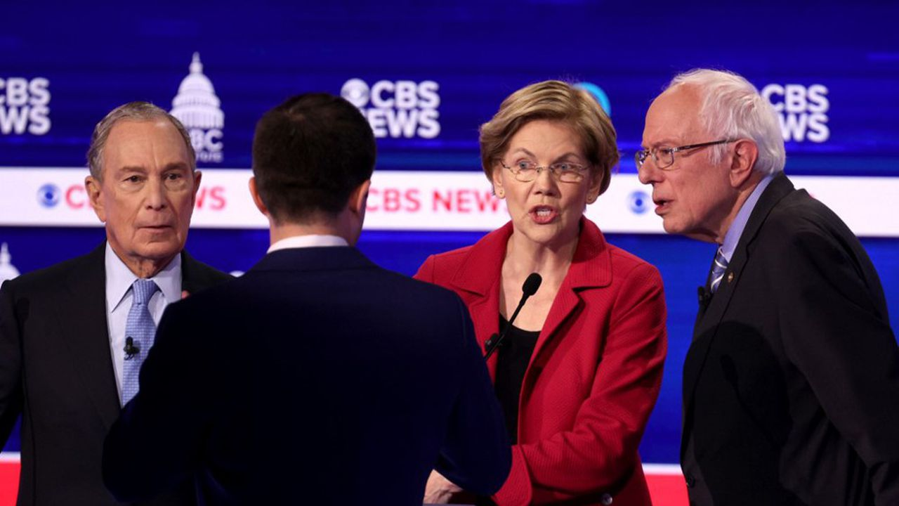 Mike Bloomberg, Pete Buttigieg (de dos), Elizabeth Warren et Bernie Sanders lors du débat à Charleston.