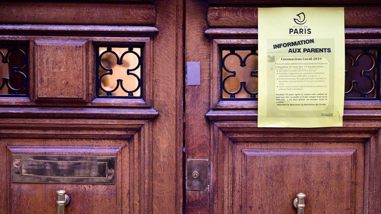 Une note d'information sur la conduite à tenir vis-à-vis du coronavirus à l'entrée d'une école parisienne.