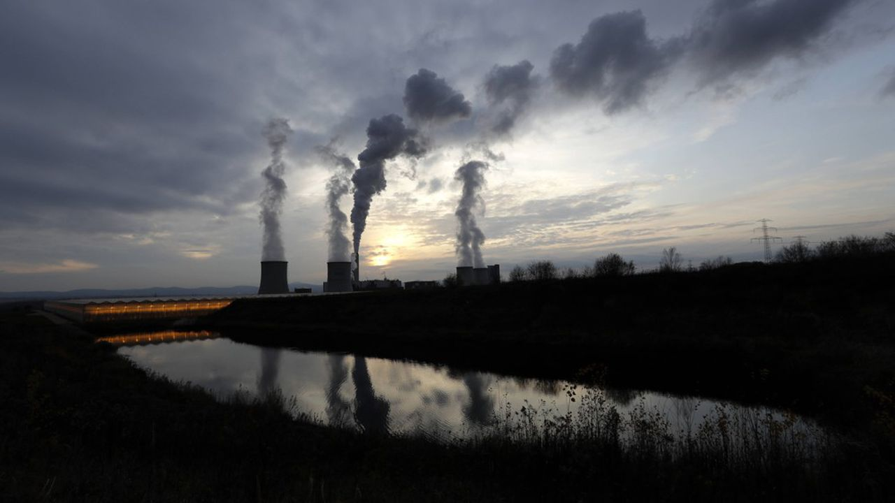 La Pologne concentre la moitié des mineurs européens. Ici, les cheminées de la centrale électrique de Turow, alimentéepar une mine de lignite située près de la ville de Bogatynia, au centre du pays.