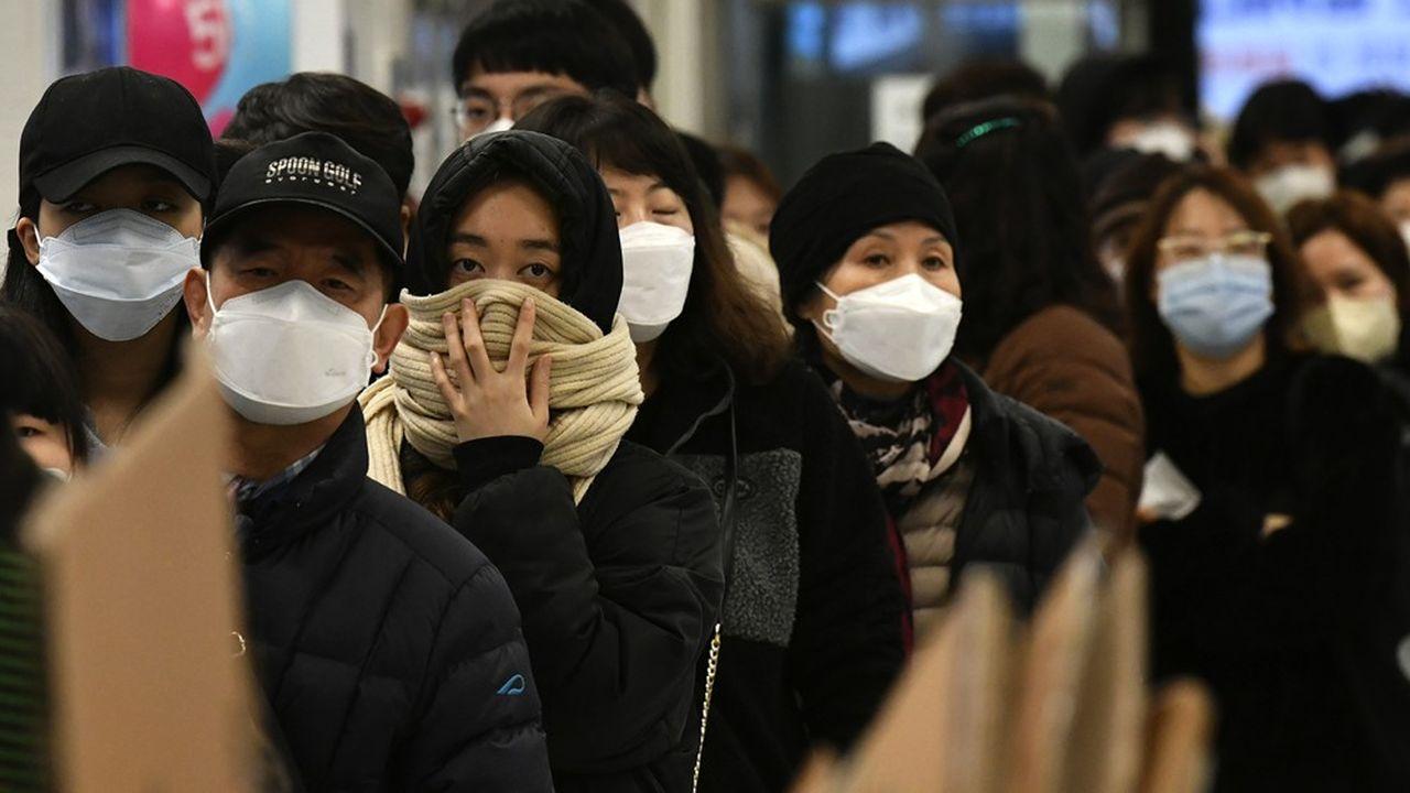 File d'attente à Daegu, Corée du Sud, pour acheter des masques, 25 février 2020.