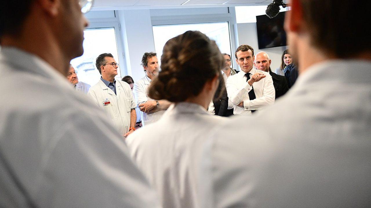 Emmanuel Macron s'est rendu ce jeudi matin à la Pitié-Salpêtrière où est décédé mercredi le premier patient français atteint du nouveau coronavirus.