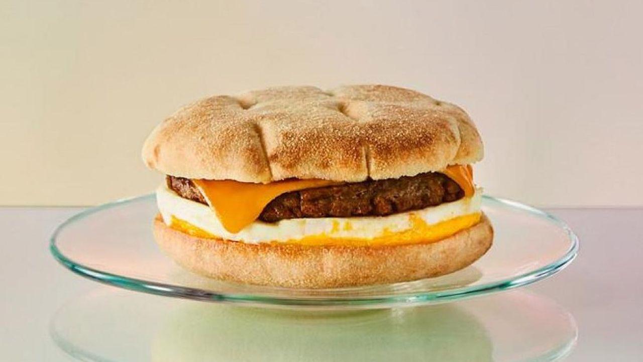 Le nouveau sandwich sera composé d'un steak conçu par Beyond Meat, d'une omelette et d'une tranche de fromage.