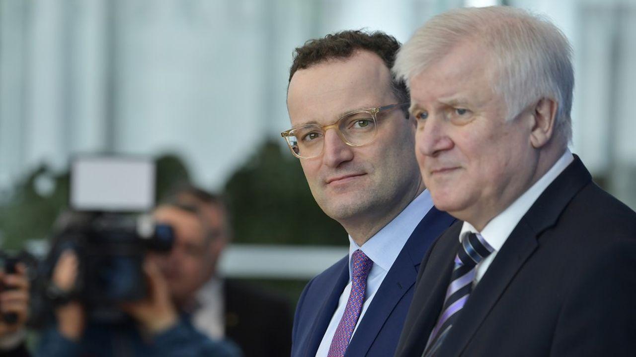 Les ministres de la santé Jens Spahn (g) et de l'Intérieur Horst Seehofer (d) ont créé une cellule de crise interministérielle pour piloter l'épidémie de coronavirus qui menace le pays.