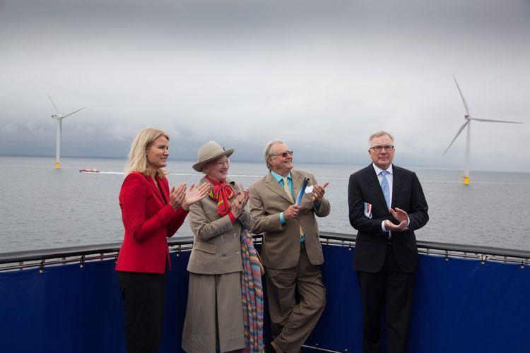 La reine Margrethe II et le prince Henrik (au centre) inaugurent le parc d'Anholt en 2013, avec la Première ministre Helle Thorning-Schmidt et Fritz Schur, alors président de DONG.