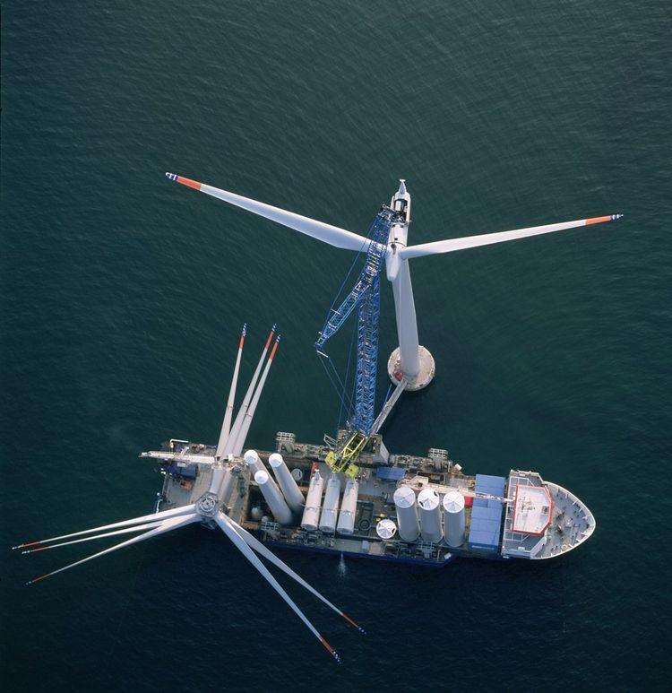 Opération de maintenance sur une éolienne du parc de Nysted.
