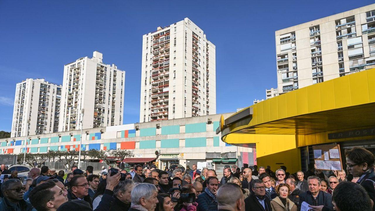 Une centaine d'habitants se sont réunis au pied des tours du quartier Pissevin où des tirs de kalachnikov, le 10février dernier, ont fait trois blessés.