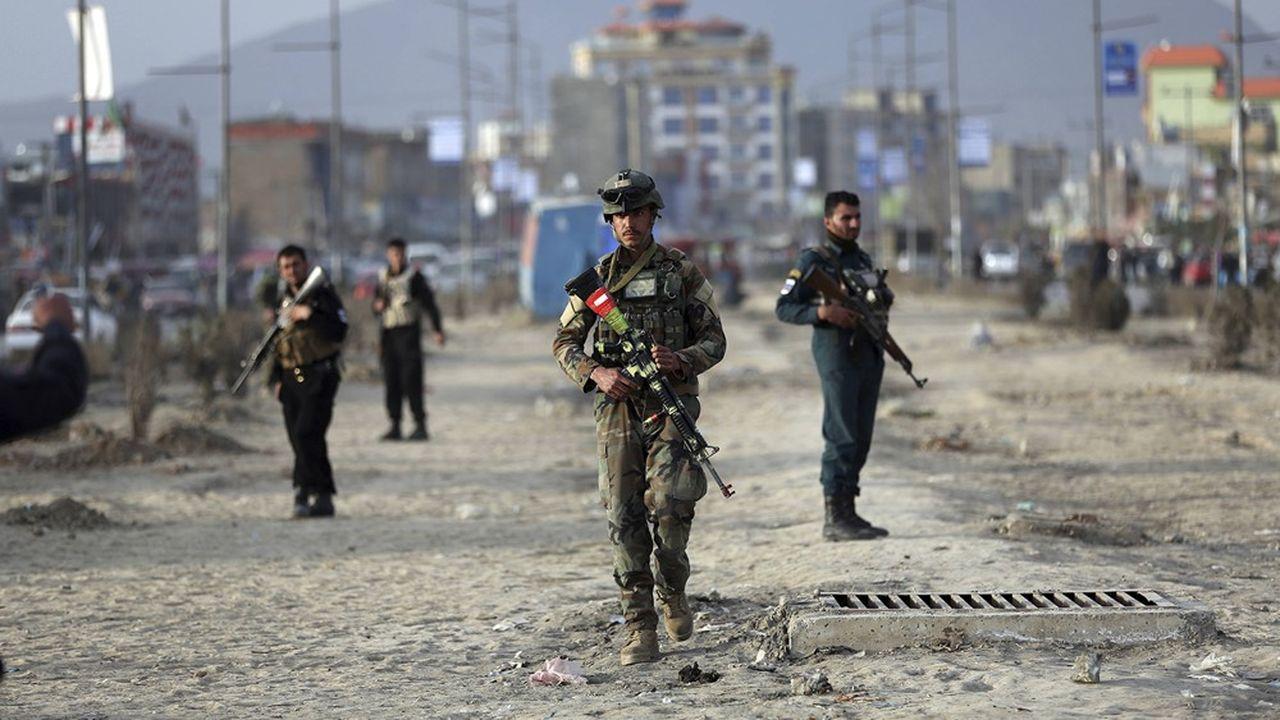 Des soldats afghans montent la garde près du site d'un attentat à la bombe, qui n'a pas suffi à faire dérailler le processus de négociations entre les talibans et les Etats-Unis, qui doit se conclure ce samedi à Doha.