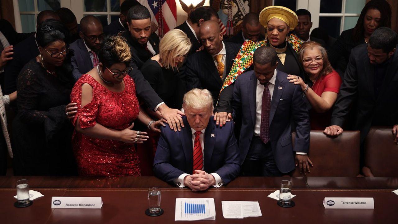 Donald Trump prie avec des Afro-Américains conviés à la Maison Blanche jeudi, illustrant la bataille que se livrent démocrates et républicains pour remporter le vote des Noirs le 3 novembre.
