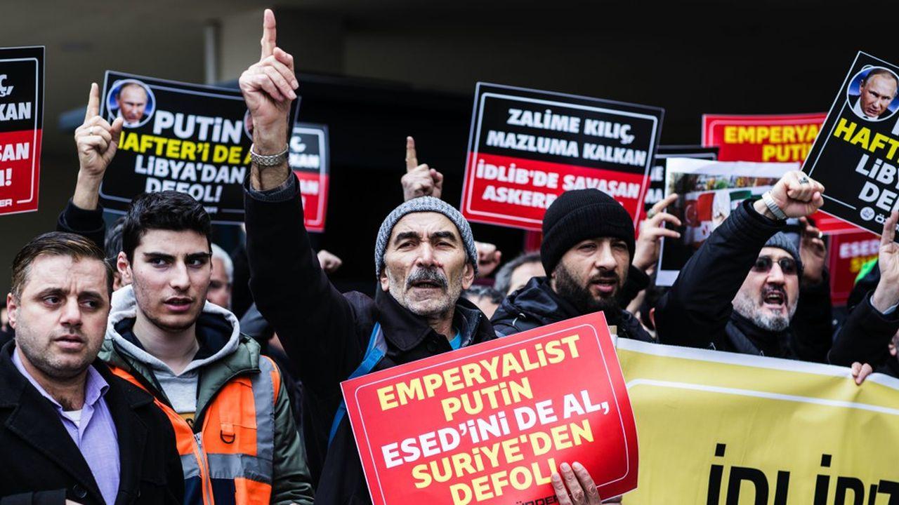 Manifestation à Istanbul samedi 29 février après la mort de Trente-trois soldats turcs vendredi matin près d'Idleb en Syrie.