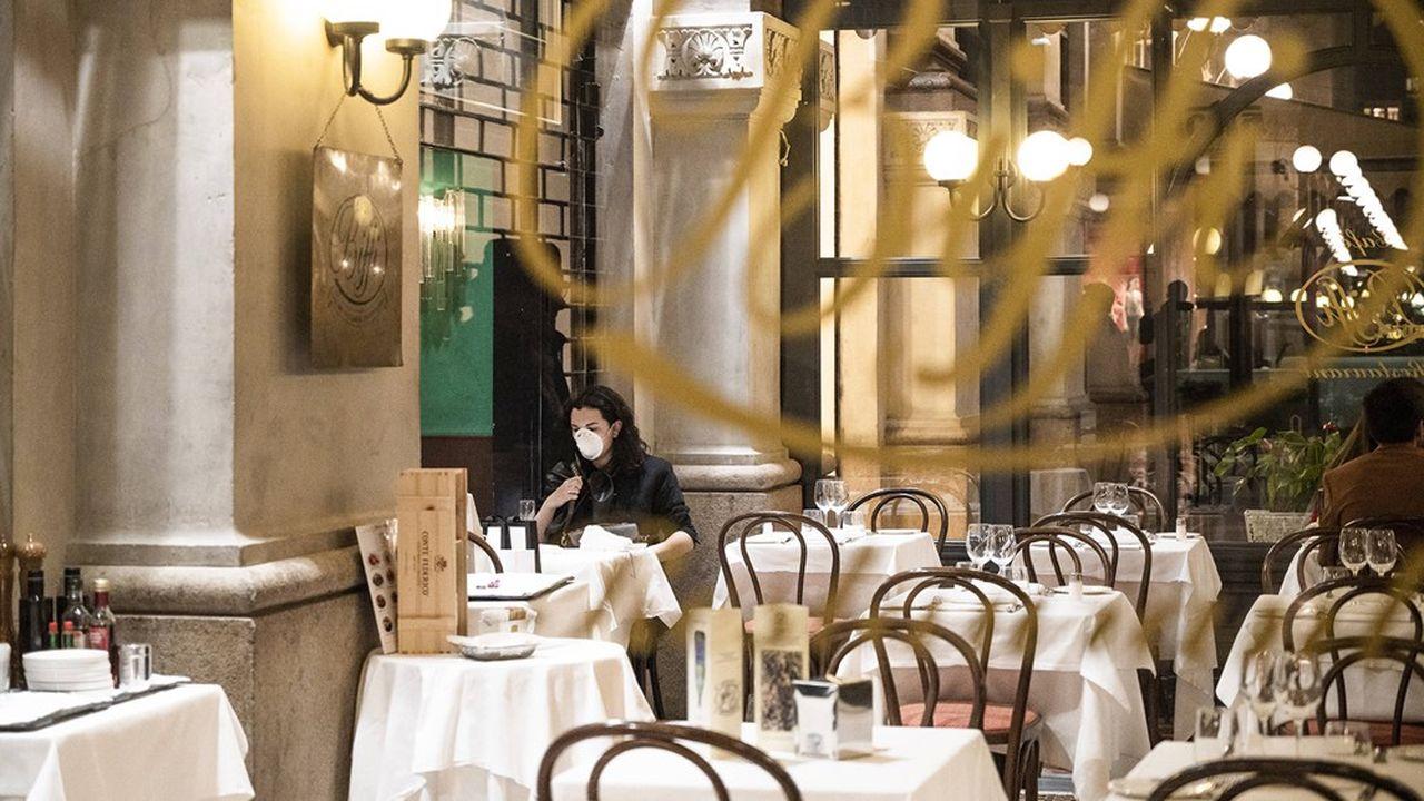 Une touriste au célèbre restaurant milanais Biffi.