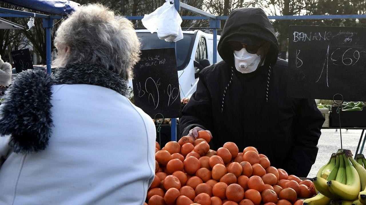 Un homme portant un masque, samedi, sur le marché de Crépy-en-Valois, l'une des communes de l'Oise les plus touchées par le coronavirus.