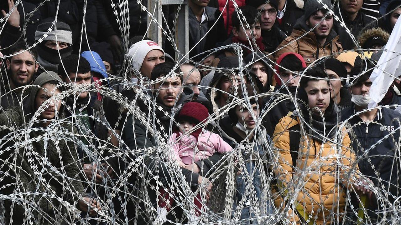 Des milliers de migrants arrivés en train et en car de plusieurs villes turques se sont entassés depuis samedi au poste frontière grec de Kastanies. Les autorités grecques qui ont mis le pays en état d'alerte ont refusé de les laisser entrer.