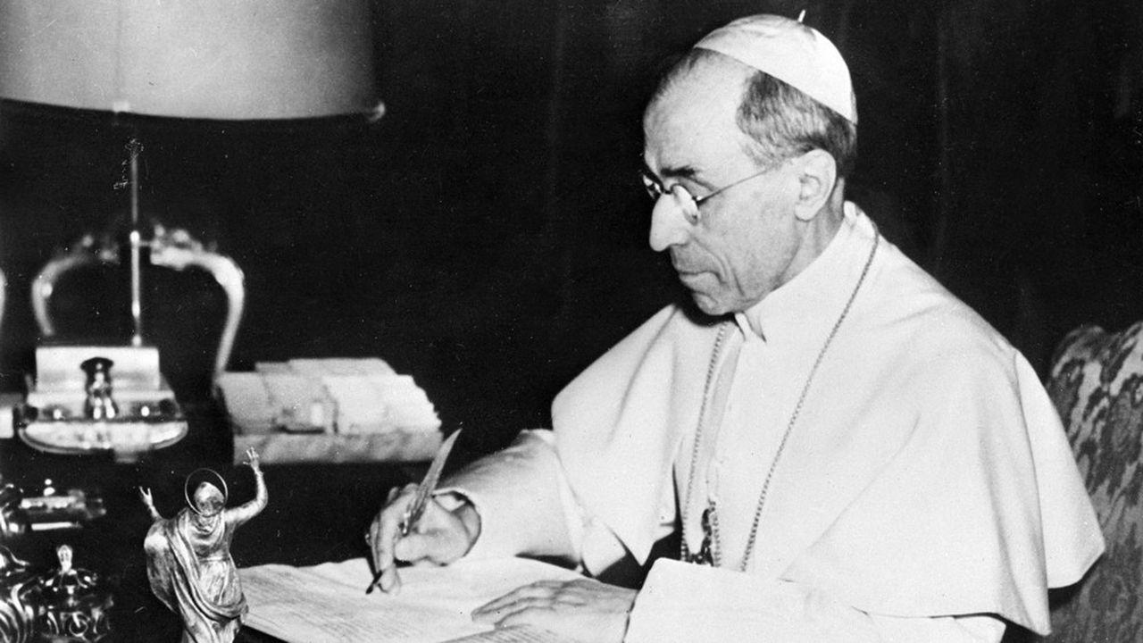 Pie XII, qui fut nonce apostolique en Allemagne juste avant son élection, a été visé dès 1963 par une pièce de théâtre, «Le Vicaire» du dramaturge Rolf Hochhuth.