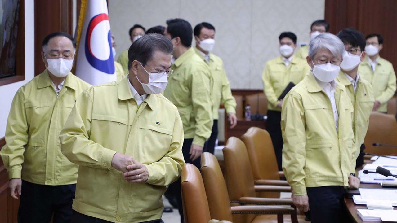 Ce mardi, le président sud-coréen, Moon Jae-in, est apparu, comme les membres de son cabinet, sous un masque chirurgical blanc et habillé d'une tenue jaune d'ouvrier, traditionnellement portée lors de chaque séquence de crise, pour promettre une mobilisation totale des services de l'Etat dans la bataille lancée contre l'épidémie de coronavirus.