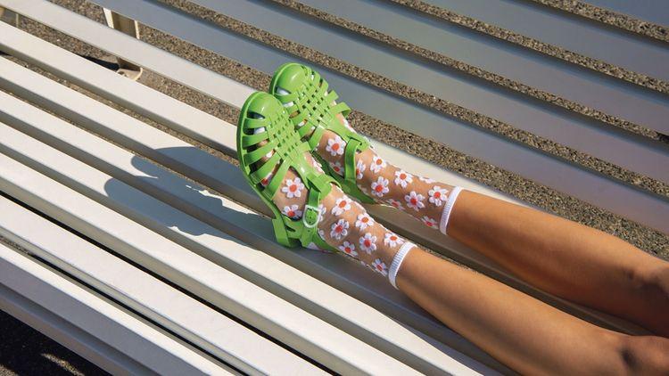La célèbre sandale translucide Méduse est fabriquéeà 100% à partir de granulés recyclés.