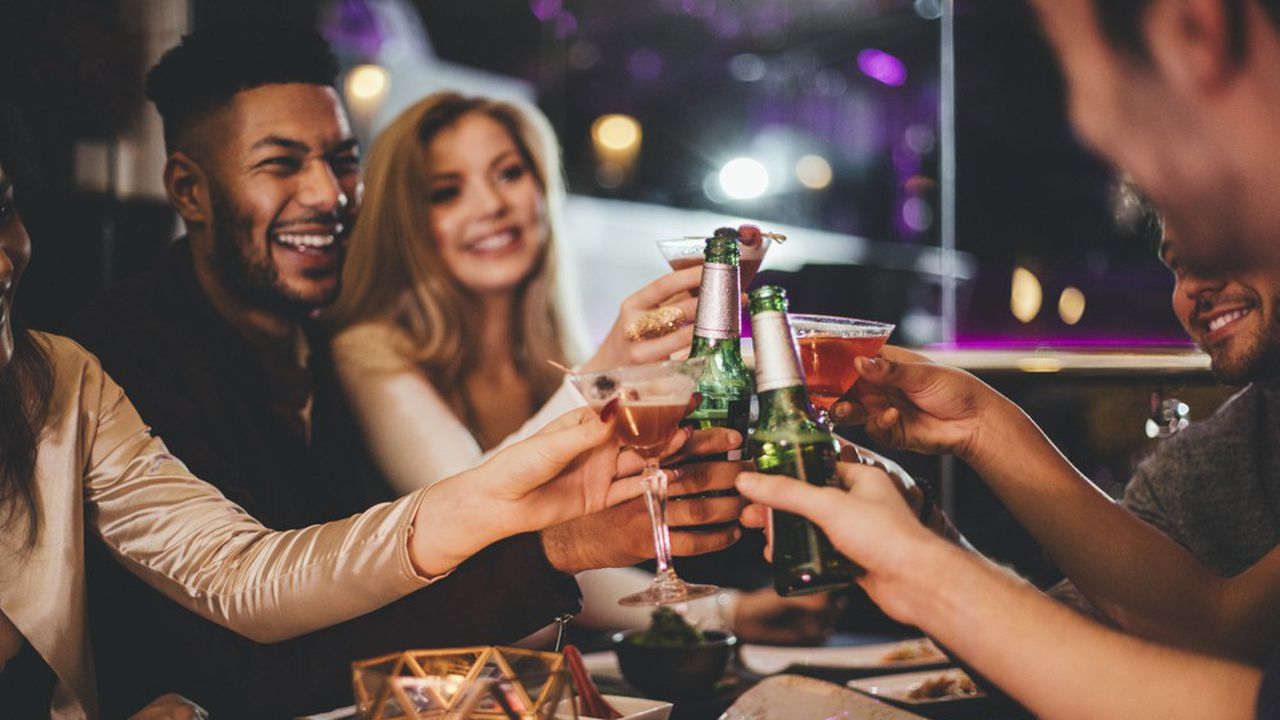 Au total en France, l'Insee note une différence de comportement entre les plus de 65 ans et les moins de 26 ans. Les seniors affectent une part plus importante de leur budget à l'alcool que les seconds. Les jeunes boivent plus de bière.